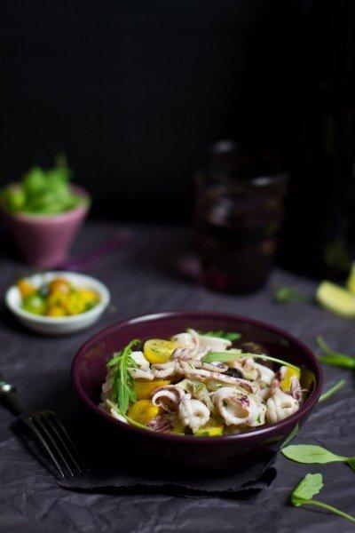 Langyos-kalmár-saláta-sárga-körteparadicsommal-és-rukolával-400x600